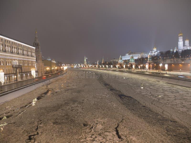 Federação Russa de Moscou O Kremlin de Moscou em movimento ao longo do muro foto de stock