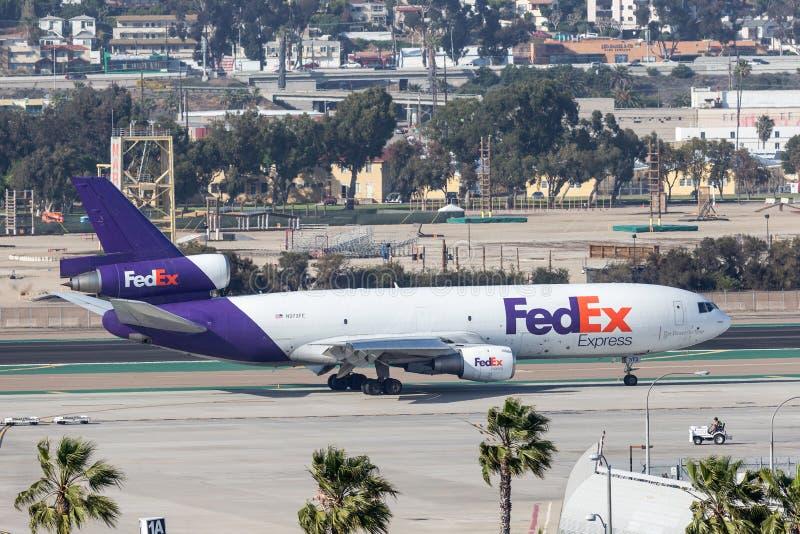 Federaal Uitdrukkelijk Fedex McDonnell Douglas die M.D.-10-10F N373FE bij San Diego International Airport aankomen stock foto's