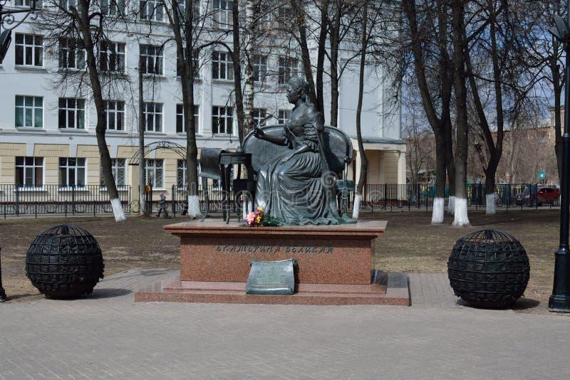 FEDERACIÓN DE PODOLSK/RUSSIAN - 19 DE ABRIL DE 2015: estatua a Catherine foto de archivo libre de regalías
