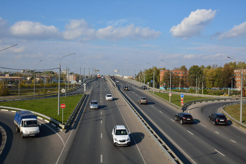 FEDERACIÓN DE PODOLSK/RUSSIAN - 5 DE OCTUBRE DE 2015: paisaje urbano con el puente imagenes de archivo