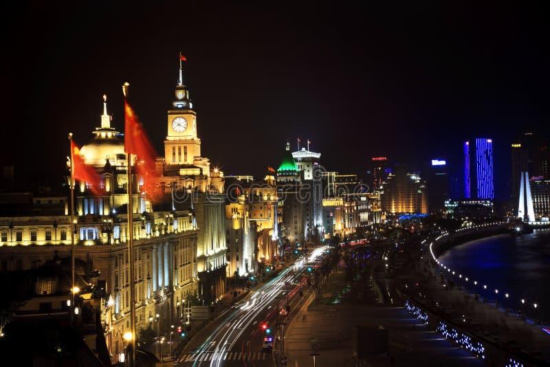 Federación de Shangai en la noche con los coches fotos de archivo