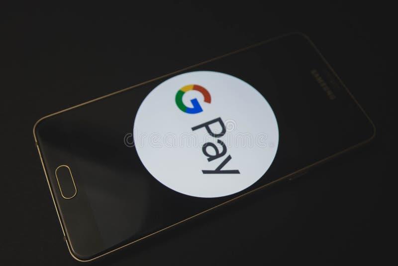 Federación Rusa de Voronezh - pueden 9, 2019: Teléfono móvil de Samsung que exhibe el app de la paga de Android en la pantalla tá fotografía de archivo libre de regalías