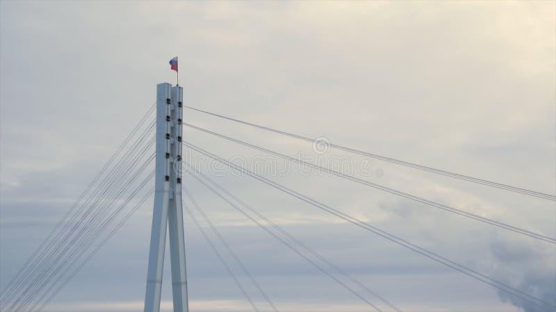 Federacji Rosyjskiej chorągwiany trzepotać w wiatrze na wierzchołku most zapas Rosjanin flaga na wierzchołku most dalej zdjęcie stock