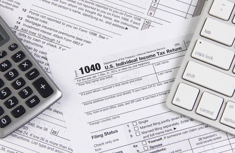 Federal skattform 1040 med tangentbordet och räknemaskinen arkivfoton