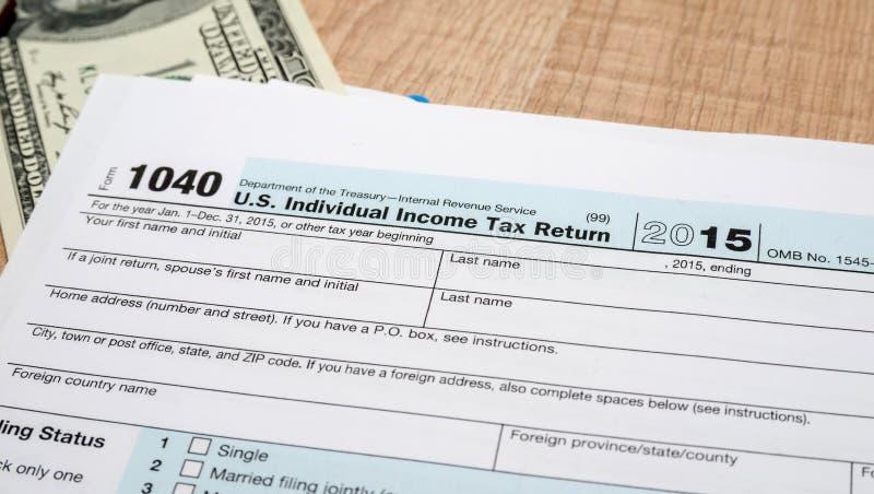Federala dokument för inkomstskattretur 1040 för 2016 år med dollar arkivfoto