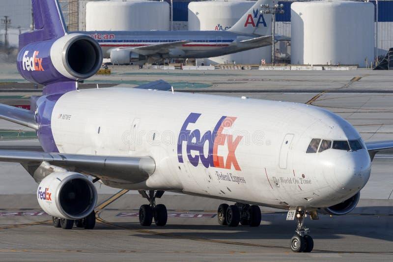 Federale Uitdrukkelijke de ladingsvliegtuigen van Fedex McDonnell Douglas M.D.-11F bij de Internationale Luchthaven van Los Angel stock foto's
