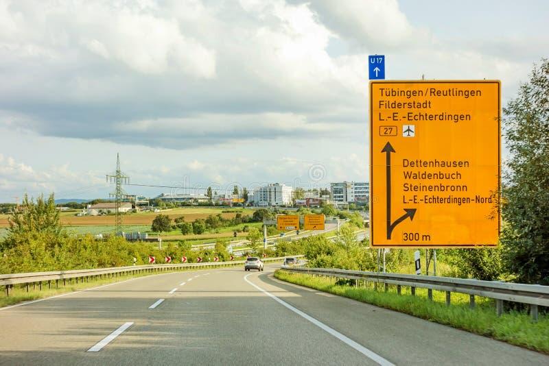 Federalt huvudvägtecken på Bundesstrasse B27, Tubingen/Reutlingen royaltyfria foton