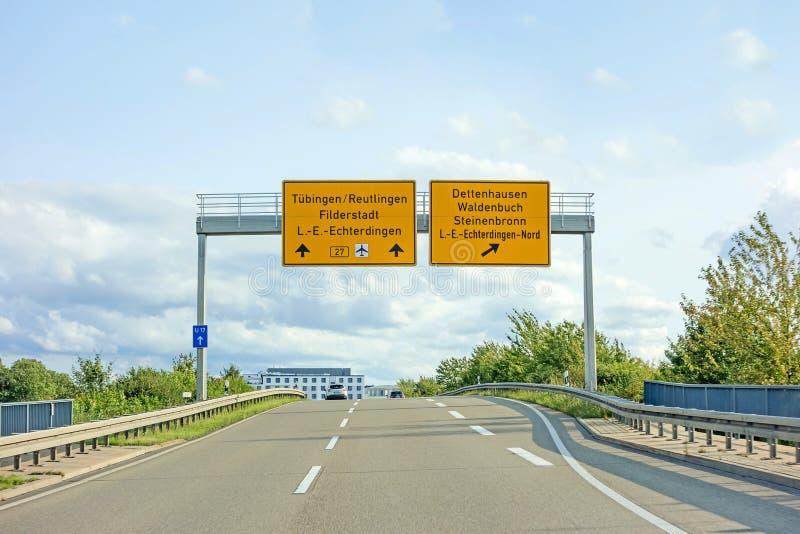 Federalt huvudvägtecken på Bundesstrasse B27, Tubingen/Reutlingen Filderstadt Leinfelden-Echterdingen fotografering för bildbyråer