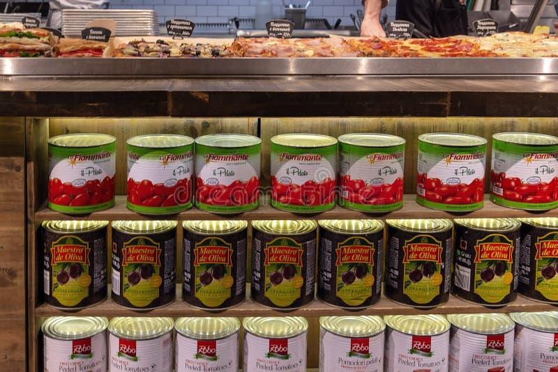 Federazione Russa mosca 28 03 2019 Drogheria intorno al mondo Barattoli di latta con passata di pomodoro ed olive immagine stock libera da diritti