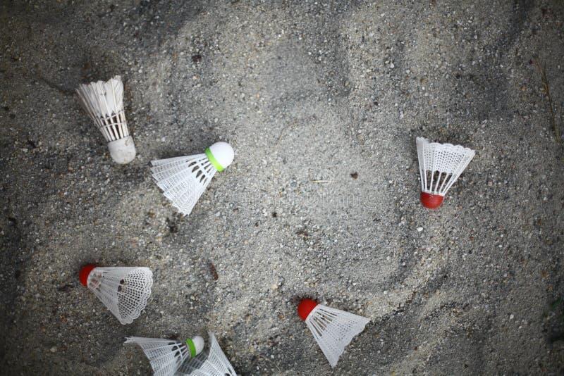 Federbälle im Sand stockfoto