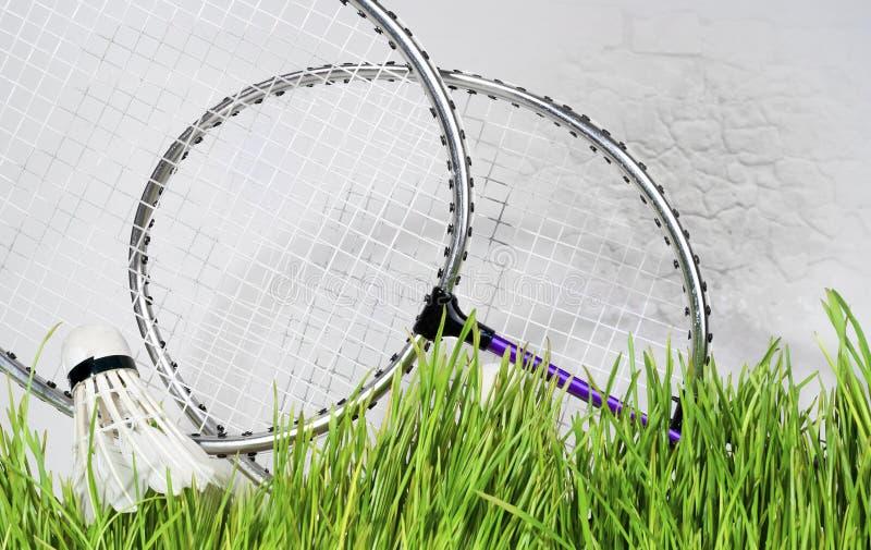 Federballschläger gegen einen Backsteinmauerhintergrund lizenzfreie stockfotos