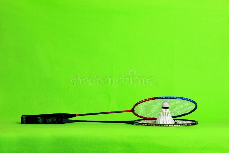 Federballschläger- und Federballfedern auf hellgrünem Hintergrund mit Textraum lizenzfreies stockfoto