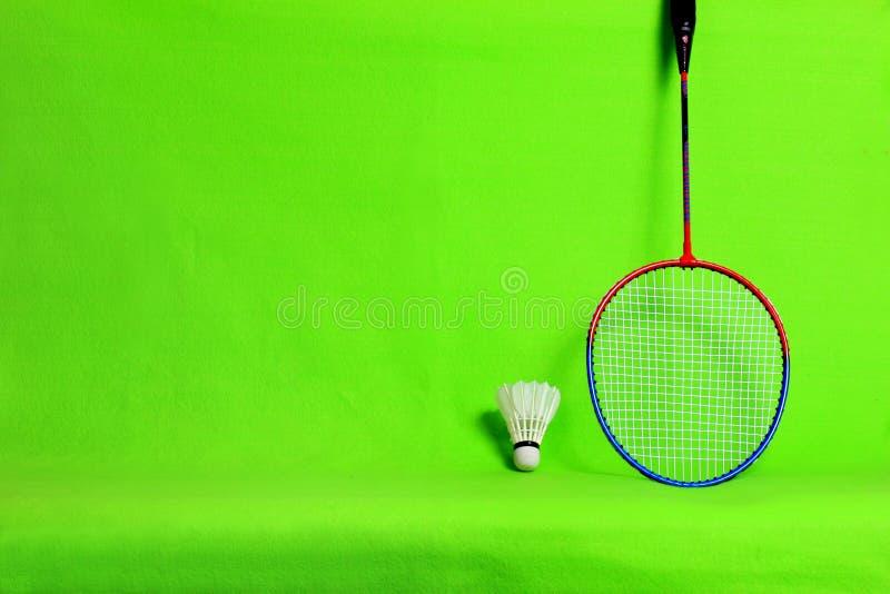 Federballschläger- und Federballfedern auf hellgrünem Hintergrund mit Textraum lizenzfreies stockbild