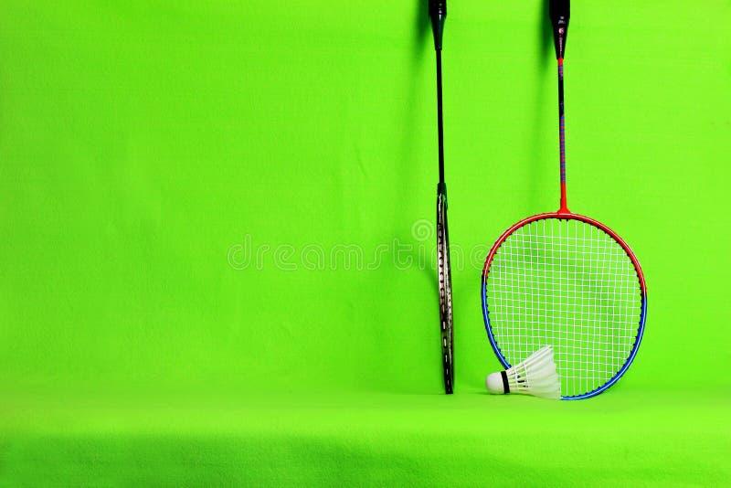 Federballschläger- und Federballfedern auf hellgrünem Hintergrund mit Textraum lizenzfreie stockbilder