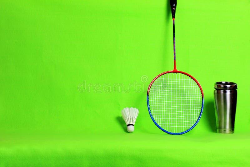 Federballschläger- und Federballfedern auf hellgrünem Hintergrund mit Textraum stockbild