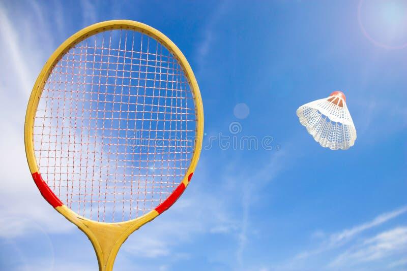 Federballschläger und Federballfliegen lizenzfreies stockbild