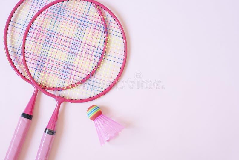 Federballzubeh?r Federballschläger und Federball auf rosa Hintergrund Draufsicht, Kopienraum lizenzfreies stockfoto