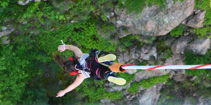 Federelementsprung von einer 230 Fuß hohen Brücke stockfotografie