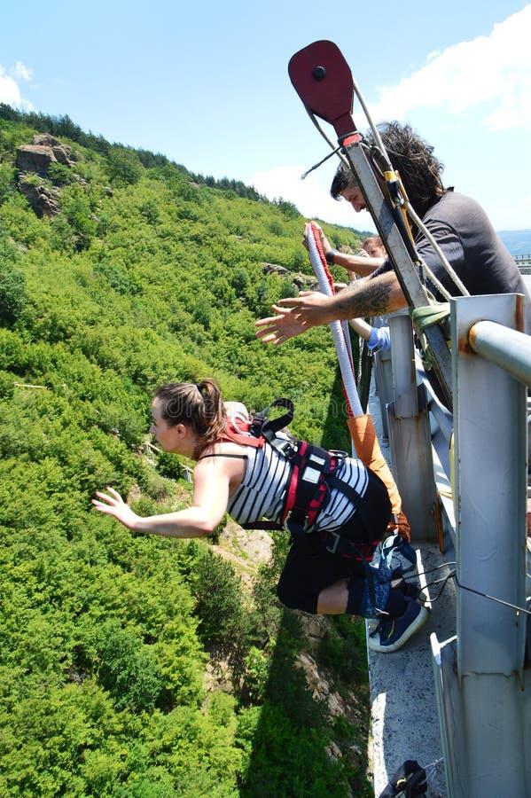 Federelementsprung von einer hohen Brücke stockfotos