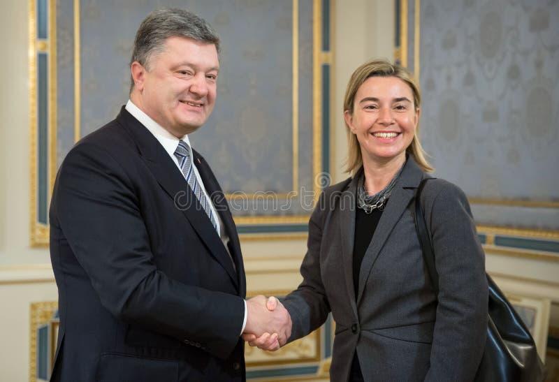 Federica Mogherini e Petro Poroshenko fotografie stock libere da diritti