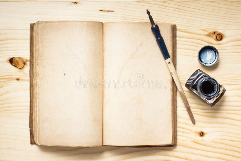 Federkiel mit Tintenfaß stockfoto