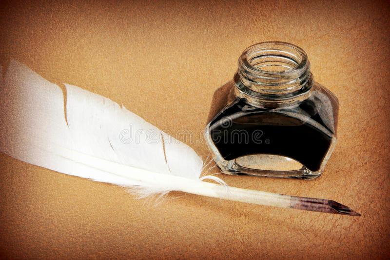 Federkiel- und Glastintenfass stockbild