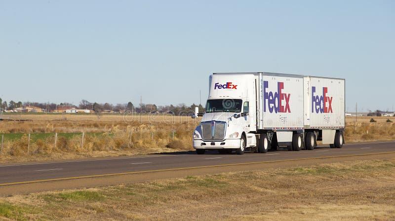Fedex Semi przewozi samochodem z przyczepą obrazy royalty free