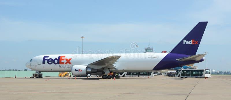 Fedex-vliegtuig op de baan in Changi luchthaven, Singapore royalty-vrije stock foto's