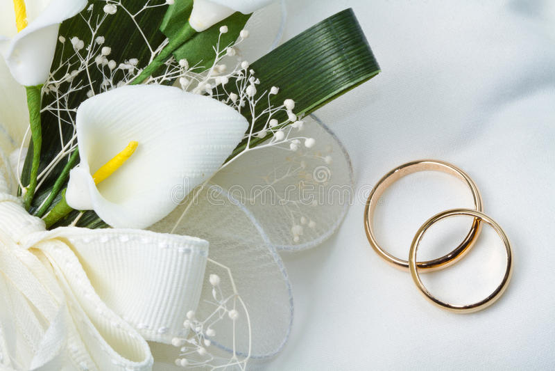 Download Fedi Nuziali Con Il Mazzo Della Calla Fotografia Stock - Immagine di anello, fiore: 30827518