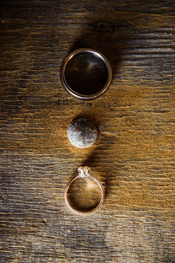 Fedi nuziali d'annata rustiche su una superficie di legno immagine stock