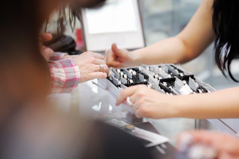 Fedi nuziali di prova della donna ad un gioielliere fotografia stock libera da diritti