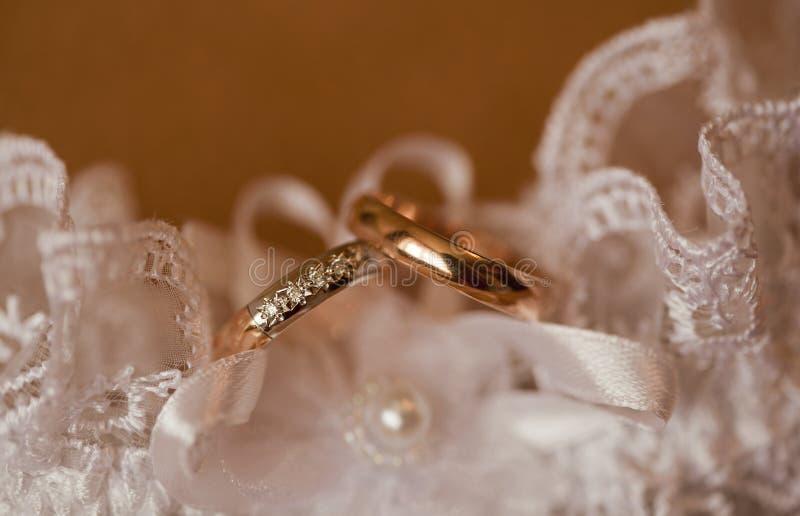 Fedi nuziali dorate dello smoth con i diamanti minuscoli in pizzo immagine stock