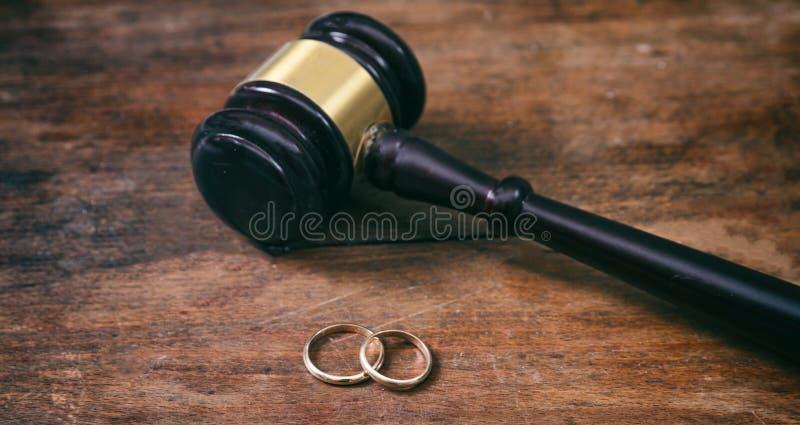 Fedi nuziali e martelletto del giudice su fondo di legno, spazio della copia immagine stock libera da diritti