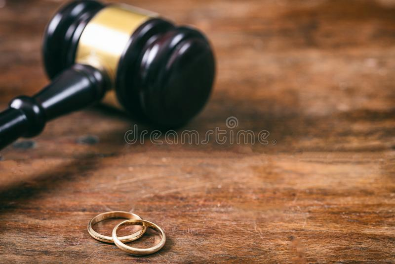 Fedi nuziali e martelletto del giudice su fondo di legno, spazio della copia fotografia stock libera da diritti