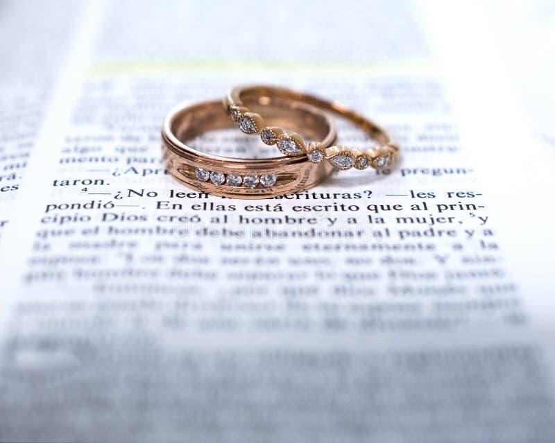 Fedi nuziali e scripture spagnolo della bibbia fotografie stock libere da diritti