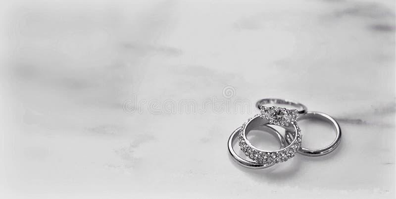 Fedi nuziali impilate & marmo bianco fotografie stock