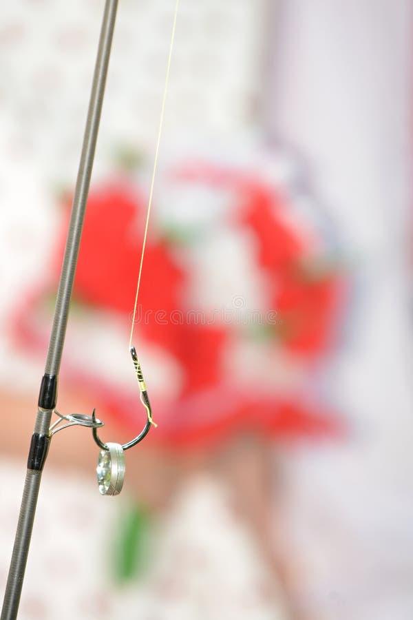 Fedi nuziali sul gancio di pesca fotografia stock
