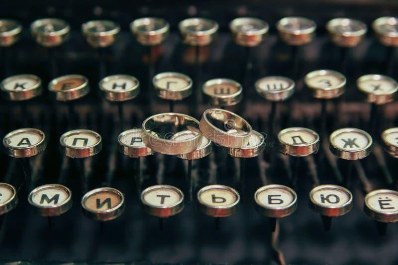 Fedi nuziali sulla macchina da scrivere fotografia stock libera da diritti
