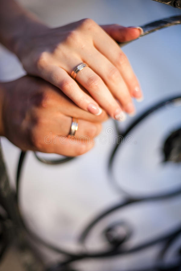 Fedi nuziali sulle mani delle persone appena sposate immagini stock libere da diritti