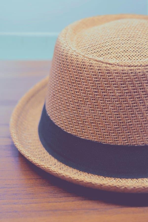 Fedora hatt över trätabellen royaltyfria foton