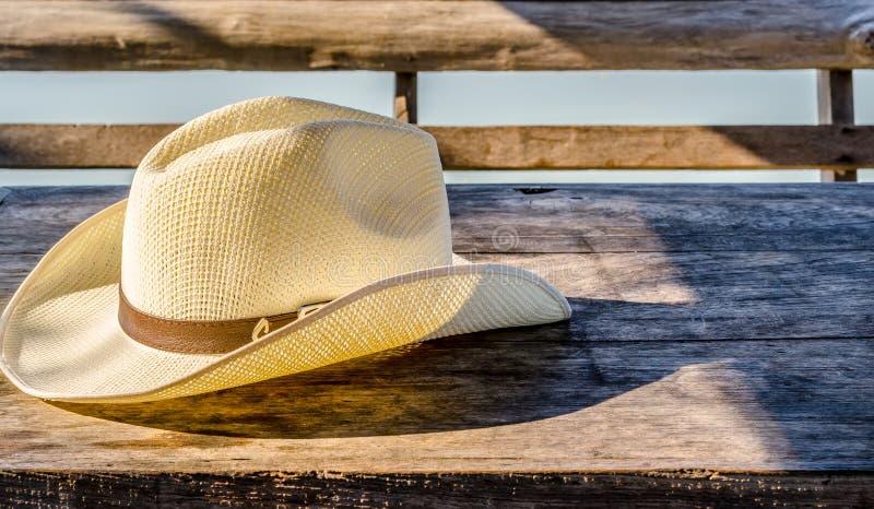 Fedora hatt på trätabellen royaltyfri foto