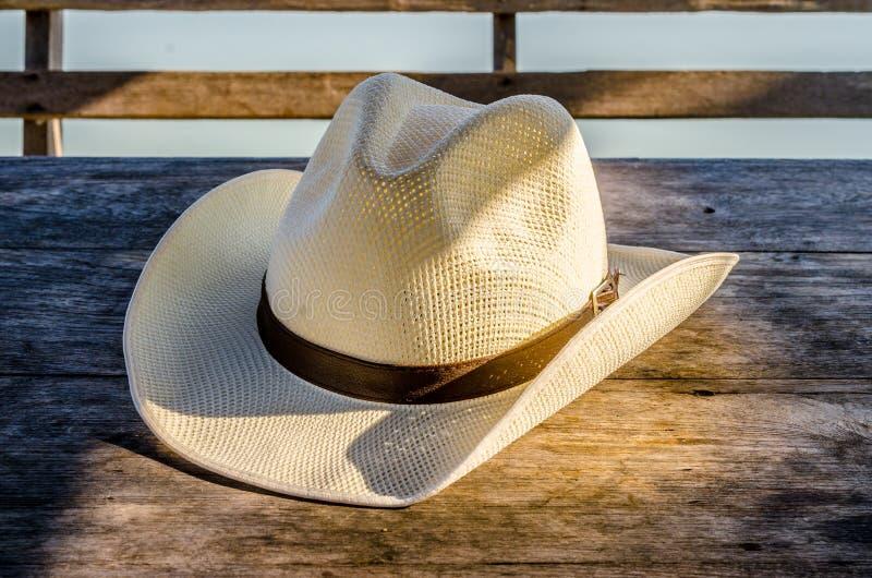 Fedora hatt på trätabellen royaltyfri bild