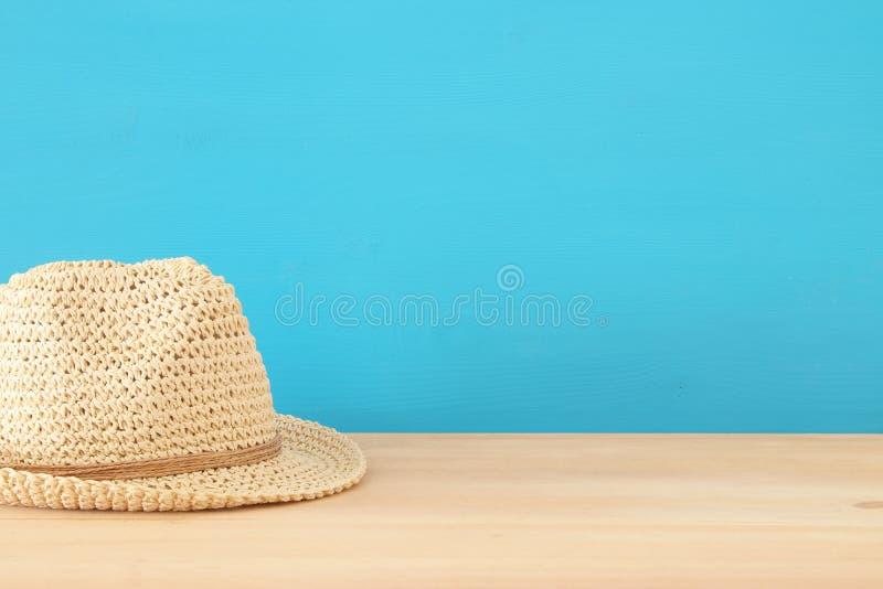 Fedora-Hut über Holztisch stockbild