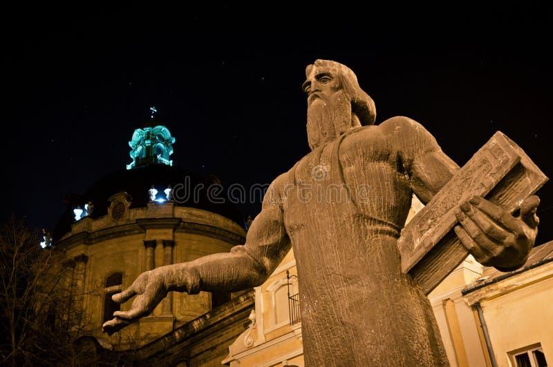 Fedorov Statue und dominikanische Kirche in Lviv stockfotos