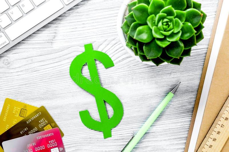 Fee-paying onderwijs met dollarteken, boeken en kaarten wordt geplaatst op Li die royalty-vrije stock fotografie