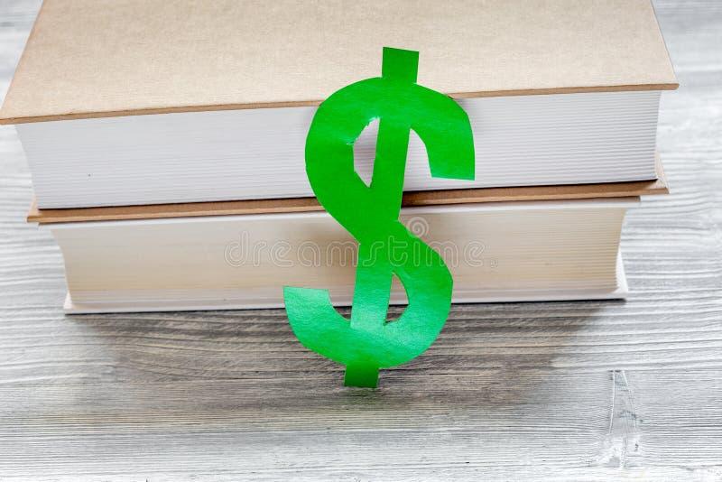 Fee-paying onderwijs met dollarteken wordt geplaatst op de witte mening die van de lijstbovenkant royalty-vrije stock fotografie