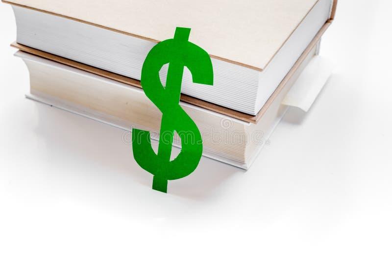 Fee-paying onderwijs met dollarteken wordt geplaatst op de witte mening die van de lijstbovenkant royalty-vrije stock afbeeldingen