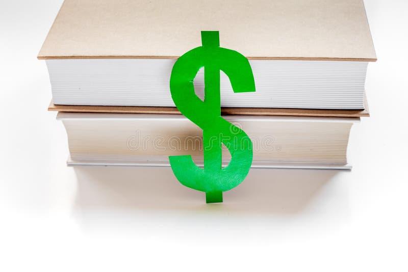 Fee-paying onderwijs met dollarteken wordt geplaatst op de witte mening die van de lijstbovenkant stock fotografie