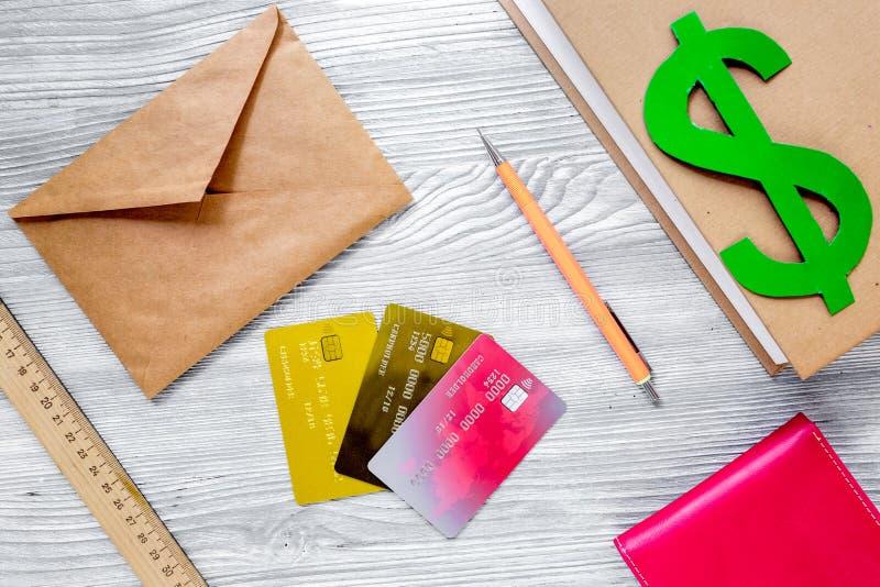 Fee-paying onderwijs plaatste met dollarteken, boeken en kaarten op licht lijst achtergrond hoogste meningsmodel stock fotografie