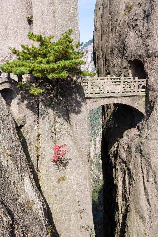 Feebrug op de Gele Berg van MT Huangshan Gevestigd in Anhui-provincie, is Huangshan één van de beroemdste bergen van China stock afbeeldingen